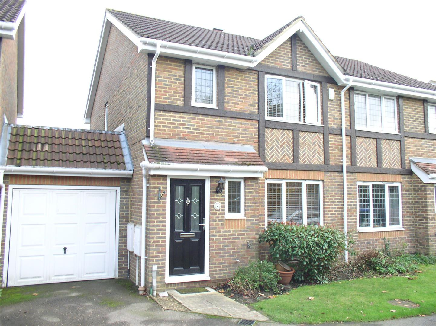 3 Bedrooms Semi Detached House for sale in Danesfield Close, Walton-On-Thames